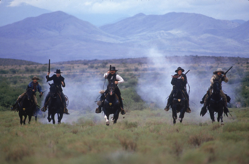 Wyatt Earp (Kurt Russel) kämpft mit seinen Männern für Recht und Ordnung in Tombstone. – Bild: ZDF und Disney