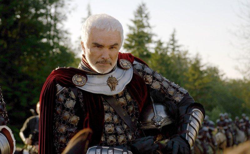 König Konreid (Burt Reynolds) wird von einem dunklen Magier herausgefordert. Kann er die Krieger seines Feindes aufhalten? – Bild: ATV
