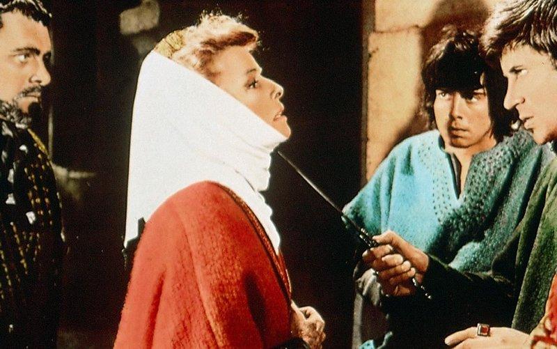 Weil Eleonore von Aquitanien (Katharine Hepburn) ihren Sohn Richard (Anthony Hopkins, li.) als Thronfolger bevorzugt, wird sie von ihren beiden Soehnen John (Nigel Terry, Mi.) und Geoffrey (John Castle) bedroht. – Bild: Servus TV