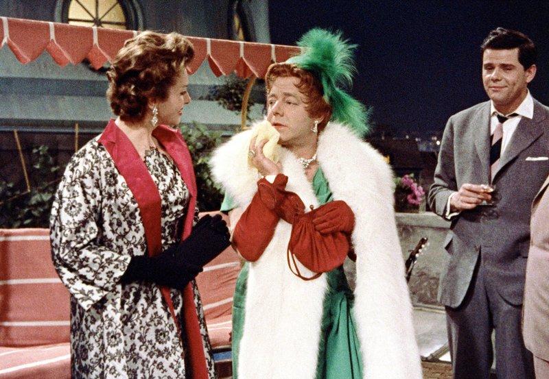 """Charleys (Walter Giller, rechts) """"Tante"""" (Heinz Rühmann, Mitte) fällt es nicht leicht, der cleveren Carlotta (Hertha Feiler) etwas vorzumachen. – Bild: ARD Degeto"""