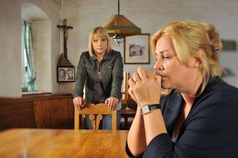 Karin Kofler (Kristina Sprenger, l.) und Klara Gross (Petra Kleinert, r.). – Bild: ZDF und Bernd Schuller