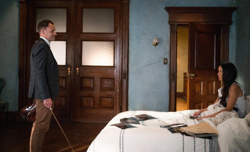 Nichts ist, wie es scheint: Joan (Lucy Liu, r.) und Holmes (Jonny Lee Miller, l.) auf der Suche nach einer entführten Frau ... – Bild: 2016 CBS Broadcasting, Inc. All Rights Reserved Lizenzbild frei