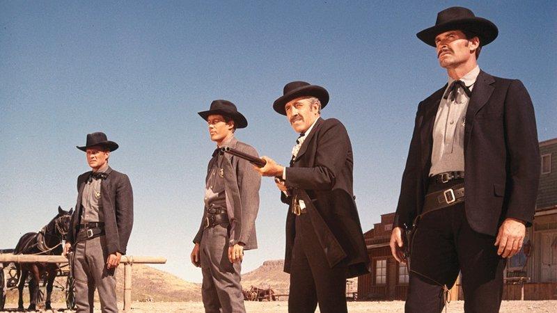 Doc Holliday (Jason Robards, 2.v.r.), Wyatt Earp (James Garner, r.) – Bild: RTL NITRO / © 1967 METRO-G