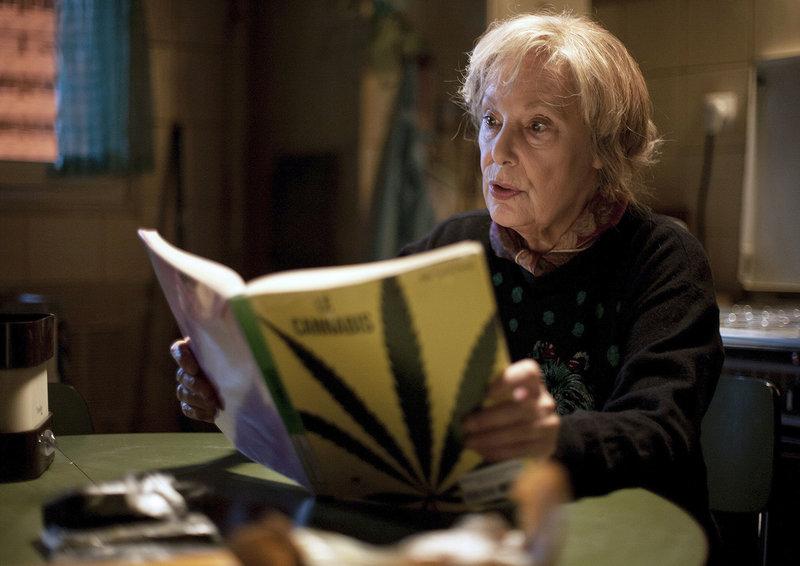 Die rüstige Seniorin Paulette (Bernadette Lafont) macht sich mit den Finessen das Hanfanbaus vertraut. – Bild: ARD Degeto/BR/ARD Degeto/Légende Films