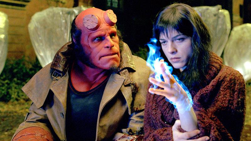 Hellboy (Ron Perlman) und Liz (Selma Blair) – Bild: RTL II