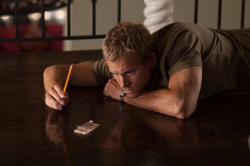Gary (Ryan Reynolds), ein runtergekommener TV-Star, wird mit seiner Publizistin im Haus eines Autors einquartiert, nachdem er sein eigenes Heim volltrunken niedergebrannt hat. Doch merkwürdige Dinge spielen sich dort ab ... – Bild: 2006 Confederated Products, LLC. All Rights Reserved. Lizenzbild frei