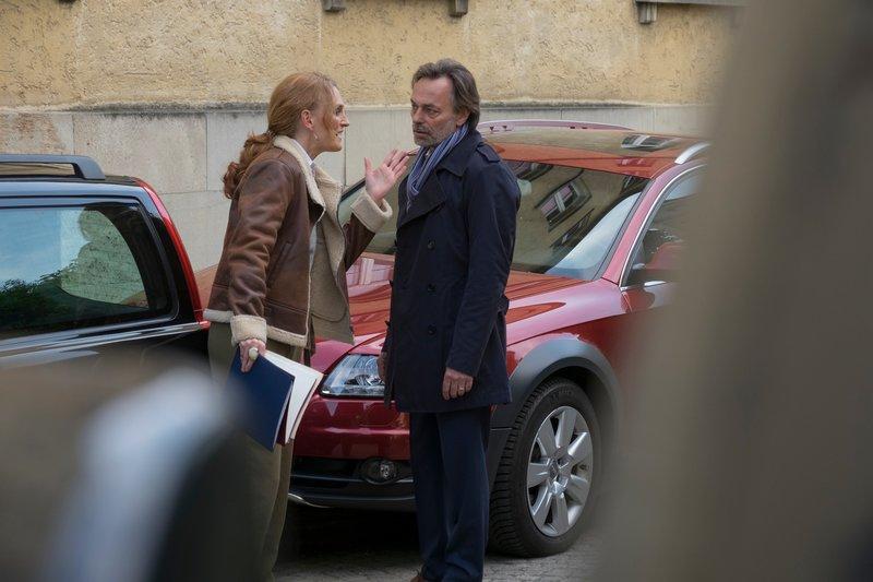 Die Journalistin Sylvia Kramer (Katja Lechthaler, l.) hatte einen Streit mit dem Arzt Dr. Hannes Maier (Peter Benedict, r.). Kurz darauf wurde sie tot aufgefunden? – Bild: ZDF und Erika Hauri.