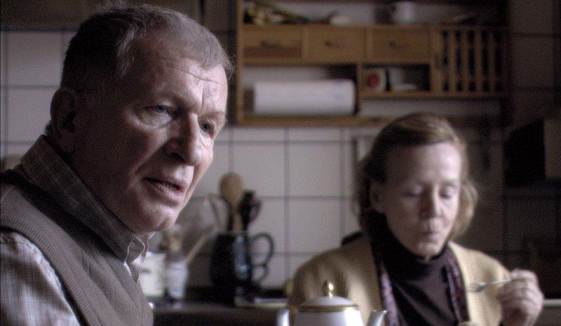 Oma Christa (Christine Schorn) und Opa Heinrich (Hermann Beyer) in der Küche. – Bild: ZDF und SWR/Schwarz-Weiss Filmverleih