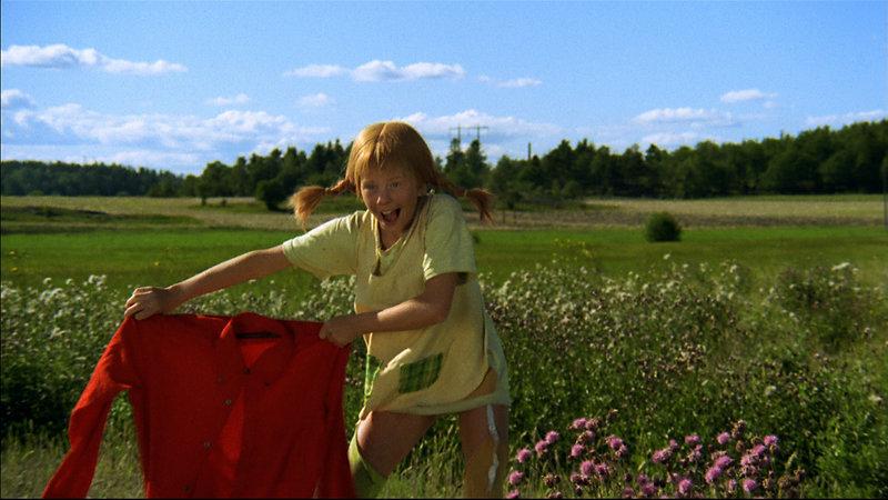 Auf dem Bauernhof nimmt Pippi (Inger Nilsson) es mit einem wilden Stier auf. – Bild: ZDF und Studio 100 media