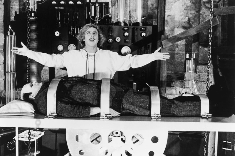 Dr. Frederick Frankenstein (Gene Wilder, hinten) möchte mit einer wiederbelebten Kreatur (Peter Boyle, vorn) ein Wunder vollbringen. – Bild: arte