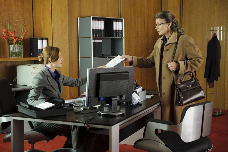 Die Sekretärin Ira Engel (Lavinia Wilson, l.), Rita Böhm (Senta Berger) – Bild: ZDF und WDR
