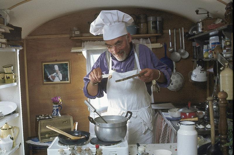 """Für die Wahl zum neuen """"Bärstädter Kartoffelkönig"""" versucht sich Peter (Peter Lustig) in der Küche seines Bauwagens. – Bild: ZDF"""
