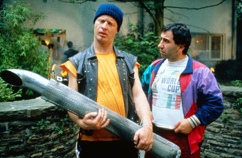 Mario (Hilmi Sözer, r.) warnt den in einer Werkstatt angestellten Tommie (Tom Gerhardt), sich an dem Auto eines Zuhälters zu vergreifen. – Bild: Nitro