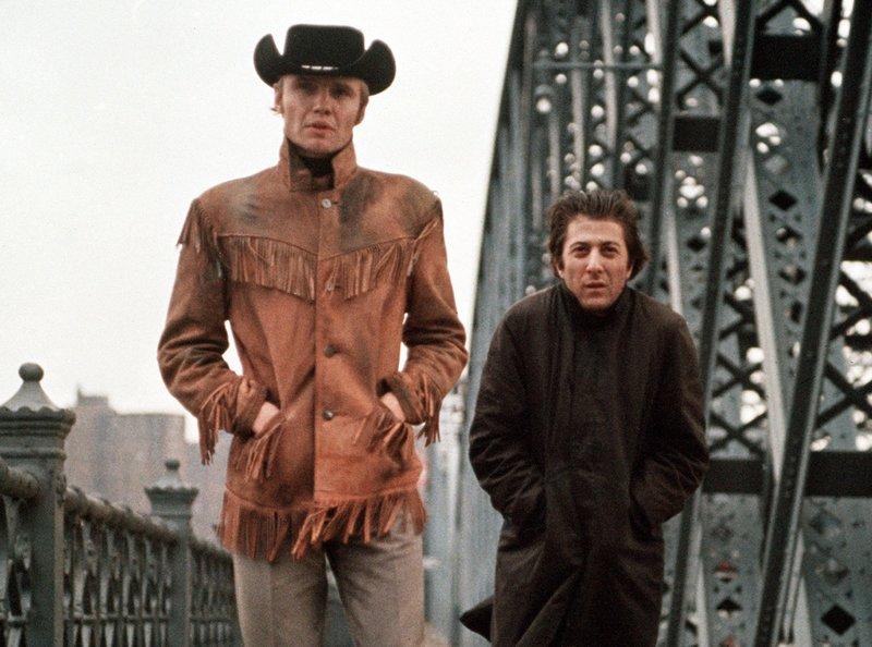 """Der kränkelnde Tagedieb """"Ratso"""" Rizzo (Dustin Hoffmann, rechts) und der Gelegenheitsstricher Joe Buck (Jon Voight) helfen sich gegenseitig beim Überlebenskampf auf den Straßen von New York. – Bild: BR/ARD Degeto"""