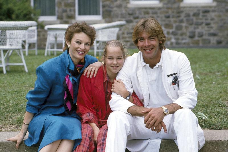 Dr. Katarina Gessner (Ilona Grübel, l.) Angie (Angelika Reißner, M.) und Dr. Udo Brinkmann (Sascha Hehn, r.). – Bild: ZDF und Thomas Waldhelm
