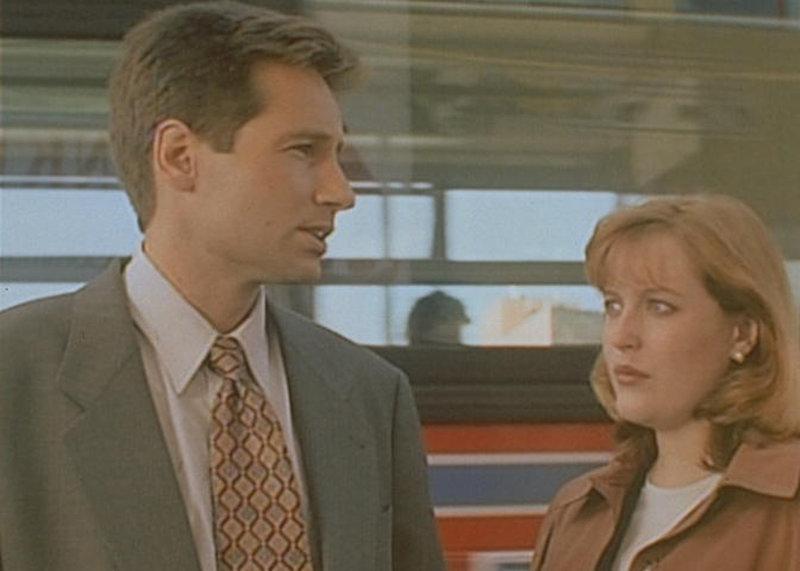 Mulder (David Duchovny, l.) und Scully (Gillian Anderson, r.) stellen fest, dass ein illegales Insektizid für die Mordserie in der Kleinstadt Franklyn verantwortlich ist. – Bild: ProSieben MAXX
