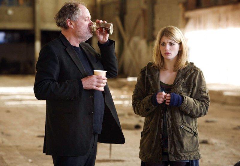 Brenda (Jodie Whittaker) und Jim (Jim Broadbent) befinden sich auf der Flucht vor brutalen Gangstern. – Bild: rbb/Degeto