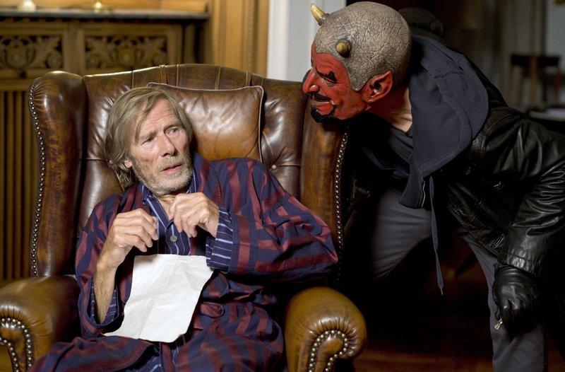 Rudolph Heubach (Horst Janson, l.) bekommt nächtlichen Besuch von einem Einbrecher mit Teufelsmaske. – Bild: ARD/Thorsten Jander