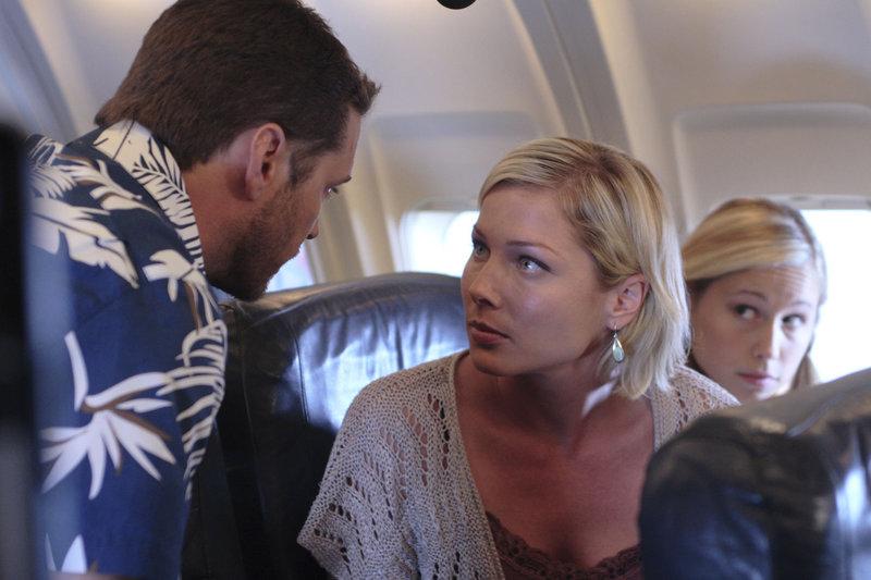 Gerade als Agent Caleb Smith (Jason Priestley, li.) mit seiner Familie, Claire (Stefanie von Pfetten) und Sarah (Aslhley Whillians )in den Urlaub fliegen will, wird er zu einem dringenden Einsatz gerufen. – Bild: 2007 TERMINATION POINT PRODUCTIONS INC