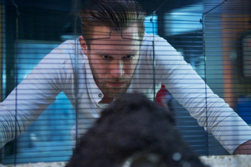 Bei Felix (Ken Duken) auf der Station sorgt ein unerwarteter Gast für Verwunderung ... – Bild: WDR