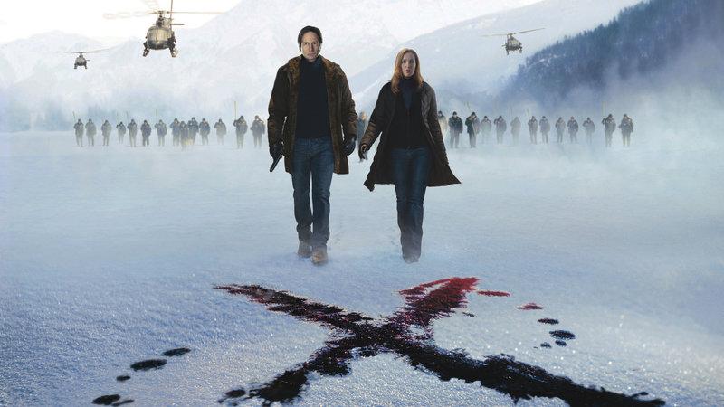 Fox Mulder (David Duchovny) und Dana Scully (Gillian Anderson) erwartet ein Fall, der sie an die Grenzen der Vorstellungskraft führt.. – Bild: RTL Zwei
