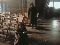 Scully (Gillian Anderson, hinten) muss entsetzt erkennen, dass sie den Tod der behinderten Roberta (Emily Perkins, vorne) nicht abwenden kann. – © TM + © 2000 Twentieth Century Fox Film Corporation. All Rights Reserved. Lizenzbild frei