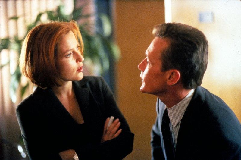 Scully (Gillian Anderson, l.) und Doggett (Robert Patrick, r.) untersuchen den Fall eines Jungen, der vor zehn Jahren entführt wurde und jetzt wieder aufgetaucht ist, ohne auch nur einen Tag gealtert zu sein. – Bild: ProSieben MAXX