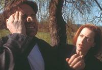 Mulder (David Duchovny, l.) bekommt immer wieder Anfälle, bei denen er nicht ansprechbar ist und sich danach an nichts mehr erinnern kann; Scully (Gillian Anderson, r.) ist deshalb in großer Sorge um ihn. – © TM + © 2000 Twentieth Century Fox Film Corporation. All Rights Reserved. Lizenzbild frei