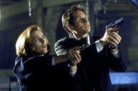 Mulder (David Duchovny, r.) und Scully (Gillian Anderson, l.) begegnen auf ihrer Suche nach einem angeblichen Monster dem bedauernswerten Opfer eines gentechnischen Experimentes. – Bild: TM + © 2000 Twentieth Century Fox Film Corporation. All Rights Reserved. Lizenzbild frei