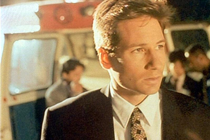 """Ein Kanalarbeiter aus Newark berichtet Mulder (David Duchovny), dass er in einer Abwasserröhre von """"etwas"""" angegriffen und gebissen worden sei. – Bild: ProSieben MAXX"""