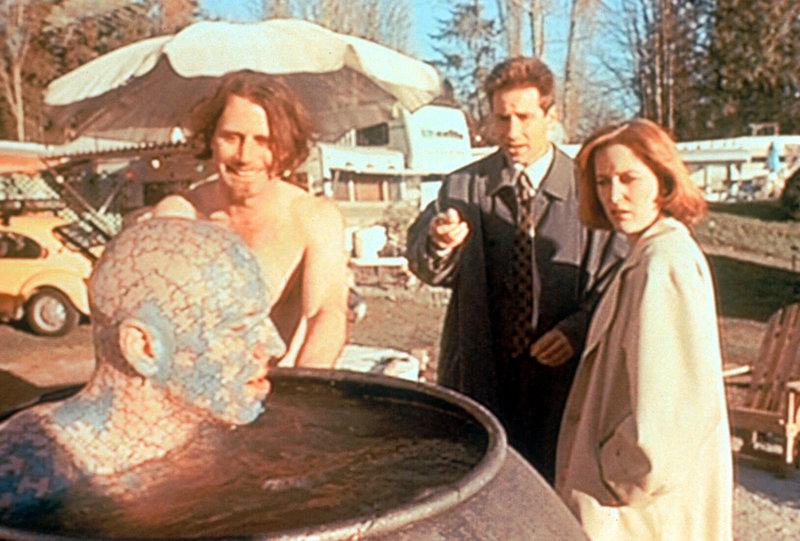 Mulder (David Duchovny, 2.v.r.) und Scully (Gillian Anderson, r.) treffen bei ihren Ermittlungen auf Dr. Blockhead und den Rästelmann (The Enigma, l.). – Bild: ProSieben MAXX