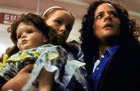 Melissa Turner (Susannah Hoffman, r.) und ihre Tochter Polly (Jenny-Lynn Hutcheson, l.) werden verdächtigt, die Schuld an der blutigen Massenhysterie in einem Supermarkt zu tragen. – Bild: TM + © 2000 Twentieth Century Fox Film Corporation. All Rights Reserved. Lizenzbild frei