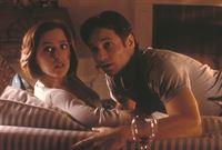 Scully (Gillian Anderson, l.) wird von ihrem Kollegen Mulder (David Duchovny, r.) plötzlich heftig umworben. Was steckt wohl dahinter? – © TM + © 2000 Twentieth Century Fox Film Corporation. All Rights Reserved. Lizenzbild frei