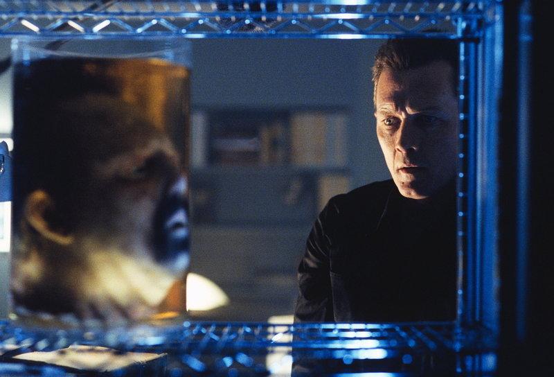 Als Doggett (Robert Patrick, r.) Dr. Parenti erneut aufsucht, findet er nur noch Parentis enthauptete Leiche. – Bild: ProSieben MAXX