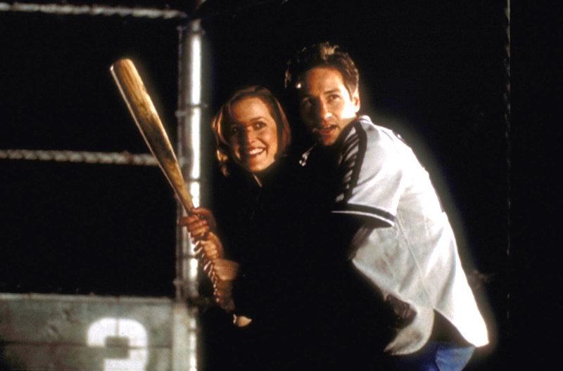 Mulder (David Duchovny, r.) gibt Scully (Gillian Anderson, l.) eine Nachhilfestunde in Baseball. – Bild: ProSieben MAXX