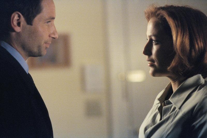 In ihrer Schwangerschaft nimmt Scully (Gillian Anderson, r.) sich oft die Zeit, um an die gemeinsame Vergangenheit mit Mulder (David Duchovny, l.) zu denken. – Bild: ProSieben MAXX