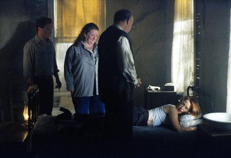 Scully (Gillian Anderson, r.) wird in Utha von scheinbar harmlosen Leuten daran gehindert, den Ort zu verlassen ... – Bild: ProSieben MAXX
