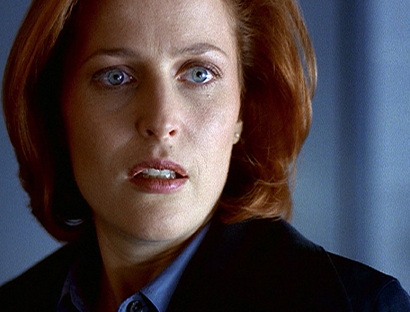 Ein amerikanischer Geschäftsmann stirbt kurze Zeit nach seiner Ankunft in Washington. Scully (Gillian Anderson) stellt bei der Autopsie fest, dass er schon in Bombay, wo er ins Flugzeug stieg, tot gewesen sein muss. Doch wie soll ein Toter um die halbe Welt gereist sein? – Bild: ProSieben MAXX