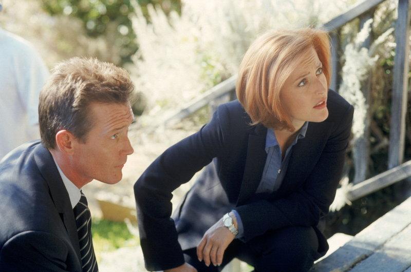 Doggett (Robert Patrick, l.) und Scully (Gillian Anderson, r.) haben es bei der Mordserie in Idaho mit einem Täter zu tun, der halb Mensch, halb Fledermaus ist. – Bild: ProSieben MAXX