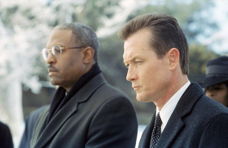 John Doggett (Robert Patrick, r.), der überzeugte Skeptiker, wird im Fall von Mulders Tod mit einem medizinischen Phänomen konfrontiert. – Bild: ProSieben MAXX