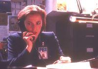 Scully (Gillian Anderson) hat Gewebeproben des Eiskerns untersuchen lassen, in dem ein außerirdischer Leichnam lag, und dabei eine schreckliche Entdeckung gemacht. – © TM + © 2000 Twentieth Century Fox Film Corporation. All Rights Reserved. Lizenzbild frei
