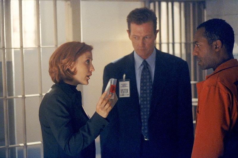 Scully (Gillian Anderson, l.) und Doggett (Robert Patrick, M.) halten den Staatsanwalt Martin Wells (Joe Morton, r.) für den Mörder seiner Frau. – Bild: ProSieben MAXX
