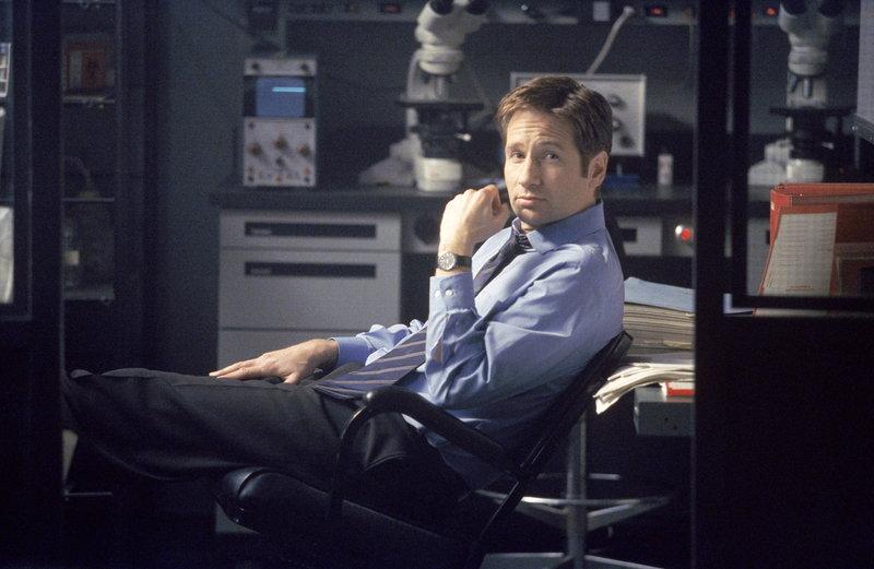 Mulder (David Duchovny) macht Doggeett auf den Tod eines mexikanischen Arbeiters auf einer Bohrinsel im Golf von Mexiko aufmerksam. Dieser ist auf mysteriöse Weise ums Leben gekommen. – Bild: ProSieben MAXX
