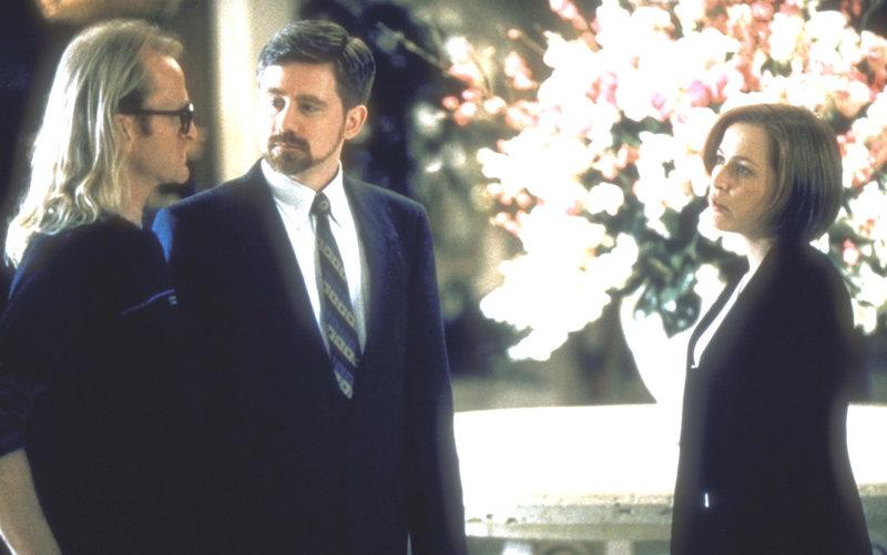Byers (Bruce Harwood, M.) und Langley (Dean Haglund, l.), die in Las Vegas eine Messe der Rüstungsindustrie besuchen, locken auch Scully (Gillian Anderson) dorthin, um sie als Regierungsagentin an ihrer Seite zu haben. – Bild: ProSieben MAXX