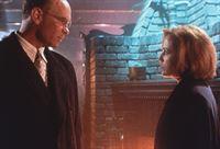 Skinner (Mitch Pileggi, l.) beruft sich gegenüber Scully (Gillian Anderson, r.) auf höchste militärische Anweisungen. – © TM + © 2000 Twentieth Century Fox Film Corporation. All Rights Reserved. Lizenzbild frei