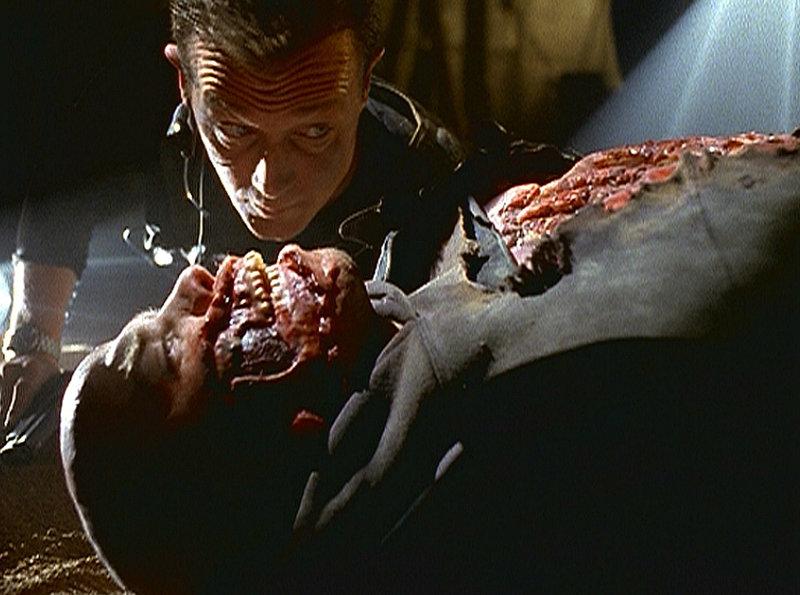 John Doggett (Robert Patrick) macht in der Bostoner U-Bahn einen grausamen Fund - die verstümmelte Leiche eines angeblichen Mörders. – Bild: ProSieben MAXX