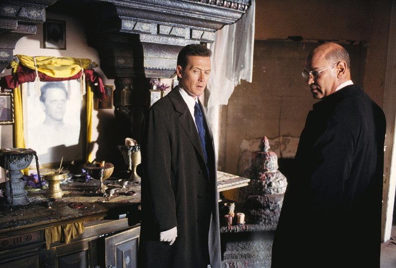 Doggett (Robert Patrick, l.) und Skinner (Mitch Pileggi, r.) wollen den Mord an zwanzig Sektenmitgliedern und zwei FBI-Agenten aufklären. – Bild: ProSieben MAXX