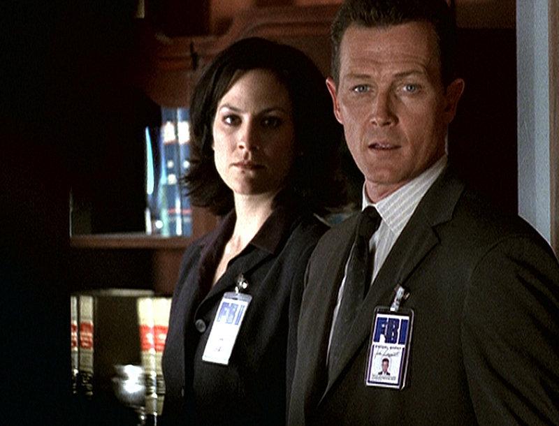 Agentin Monica Reyes (Annabeth Gish, l.) und Doggett (Robert Patrick) schmieden einen Plan, um Scully möglichst schnell weit außerhalb Washingtons in Sicherheit zu bringen. – Bild: ProSieben MAXX