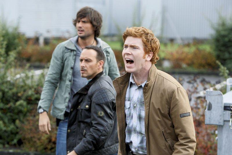 Ben (Tom Beck, l.), Semir (Erdogan Atalay, M.) und Hartmut (Niels Kurvin) treffen am Rechenzentrum ein, als die Hacker gemeinsam mit Lara im Hubschrauber die Flucht ergreifen wollen... – Bild: RTL