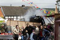 Die Flucht des Täters endet mitten im Dorffest... (Komparsen) – Bild: RTL